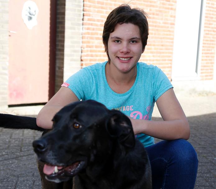 Yenna Soliman (15) uit Terneuzen met haar hond.