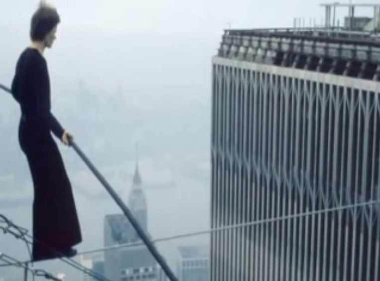 Philippe Petit loopt over een koord tussen de Twin Towers in 1974. Beeld YouTube