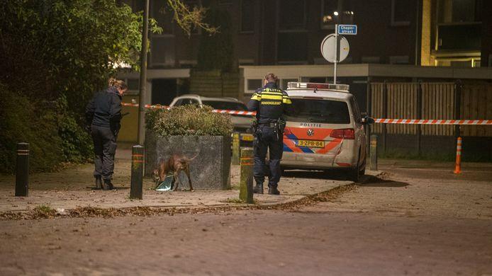 Met speurhonden doet de politie onderzoek in de woonwijk