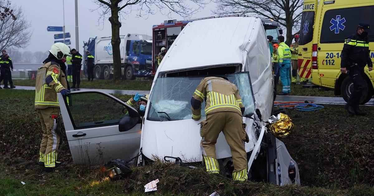 Vrachtwagen komt in botsing met busje op Gilzerweg bij Alphen.
