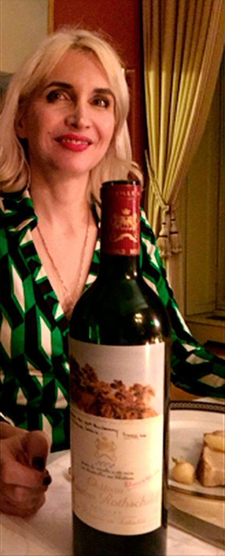 Severine de Rugy, met een fles wijn, een Mouton-Rotschild, tijdens een van de diners.