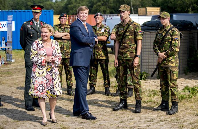 Koning Willem-Alexander en minister Ank Bijleveld van Defensie tijdens een werkbezoek aan het Fieldlab Smartbase van het Commando Landstrijdkrachten in Soesterberg.