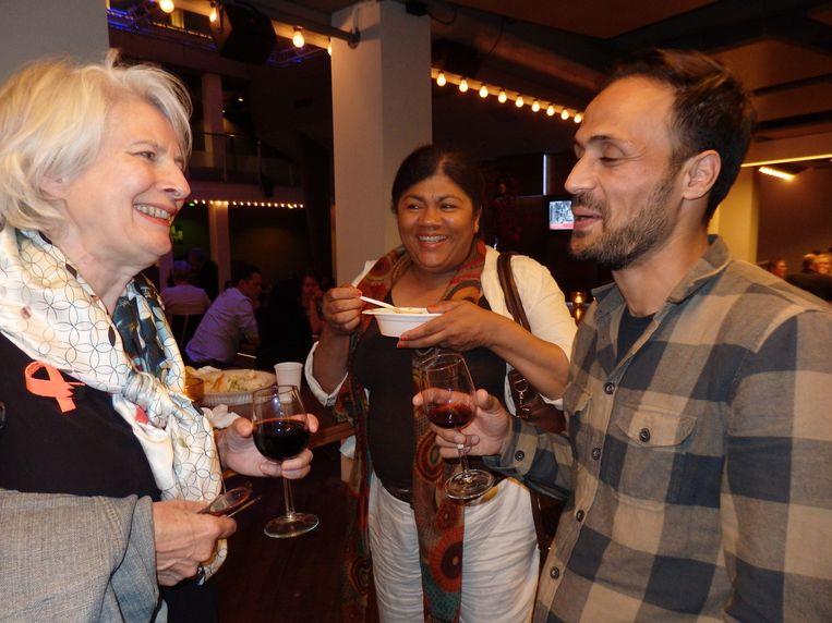 Diana Krabbendam (Makers Unite), Patricia Zebeda (De Kandidatenmarkt) en ontwerper Reza Kalani (vlnr). 'Moeten we eten?' Beeld Schuim