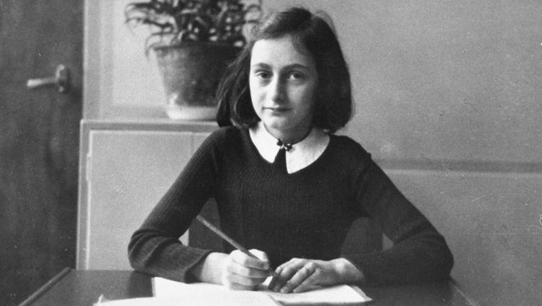 De 12-jarige Anne Frank zit aan haar bureau op de Montessori school in Amsterdam. Beeld ANP