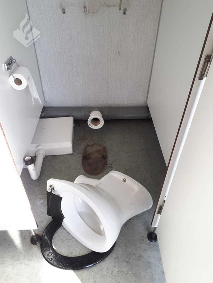 In het toiletgebouw bij de Dedemsvaartse recreatieplas Kotermeerstal ligt onder meer een toiletpot omver.