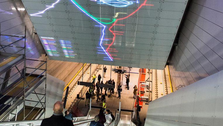 Het Shaffy-kunstwerk boven de roltrap in station Vijzelgracht Beeld Mats van Soolingen