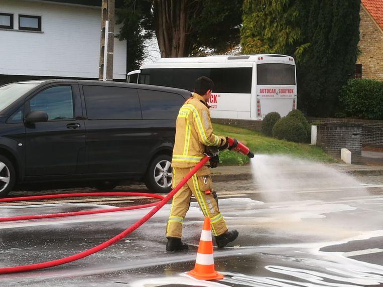 De brandweer moest de straat na het ongeval schoon spuiten.