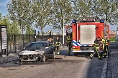 Auto brandt af aan het Weidehek in Breda