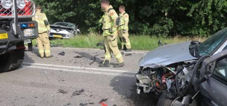 Bestuurders gewond bij frontale botsing op Apeldoornseweg in Otterlo