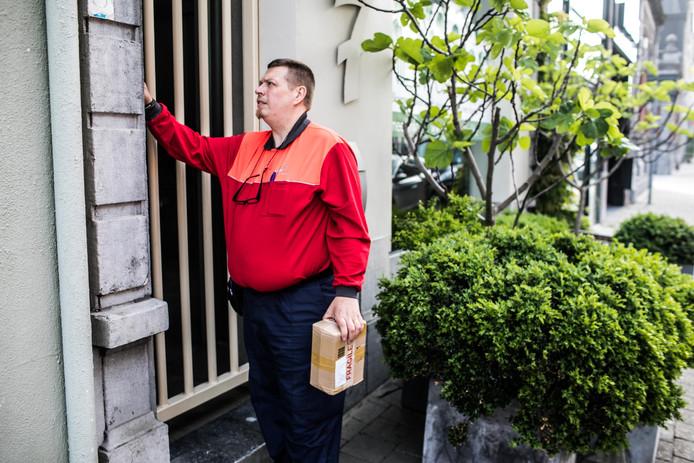 Buurtpost is op zoek naar mensen die postpakketjes aan willen nemen voor buurtbewoners die niet thuis zijn.