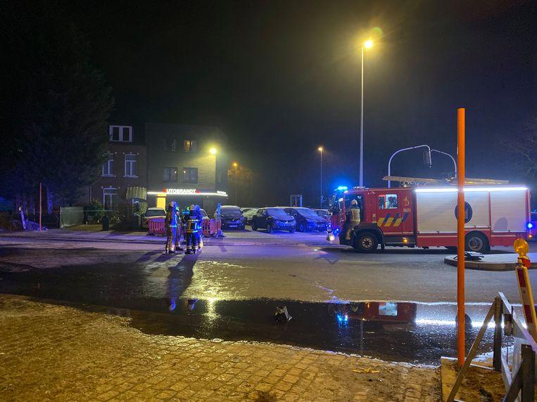 De brandweer blust een brandende auto in de Heirbaan in Mortsel.