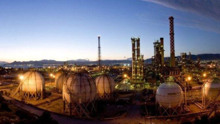 Olieraffinaderijen zoals deze van HELPE, eenderde in staatshanden. Beeld .