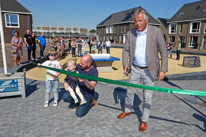 Wethouder Zevenhuizen knipt het lint door: weer een nieuwe speelplek erbij in het nieuwe dorpje Hoef en Haag.