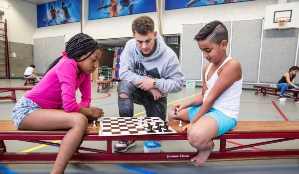 Schaken als sociale springplank op Rotterdamse scholen