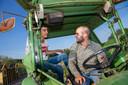 Ahmet en Teun op de tractor.