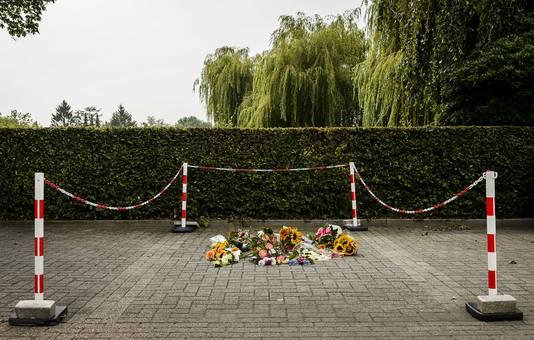 Bloemen op de plek waar Linda werd doodgeschoten.