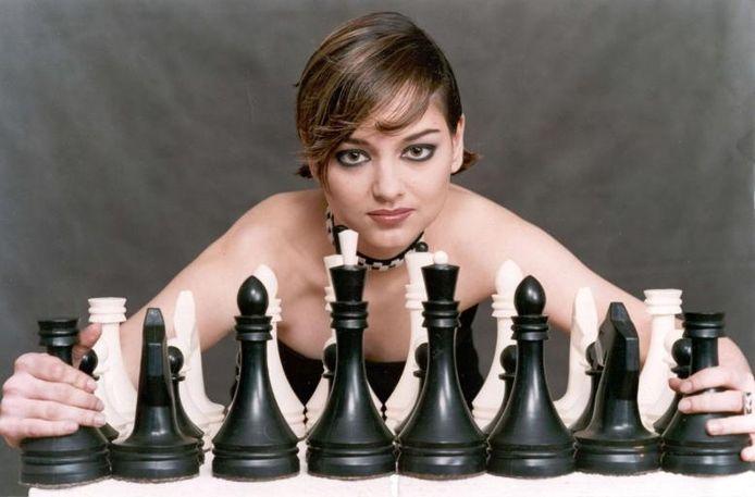 Alexandra Kostenjoek. Ze is niet alleen de wereldkampioene bij de vrouwen, maar ook mooi en verleidelijk. Een schaakstuk dus. Dat wil ze weten ook. foto Natalja Dolgina/GPD