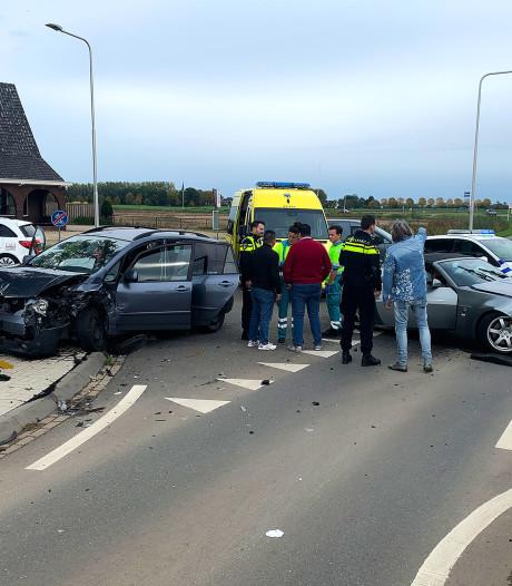 Vrouw gewond na aanrijding tussen drie auto's in Lithoijen