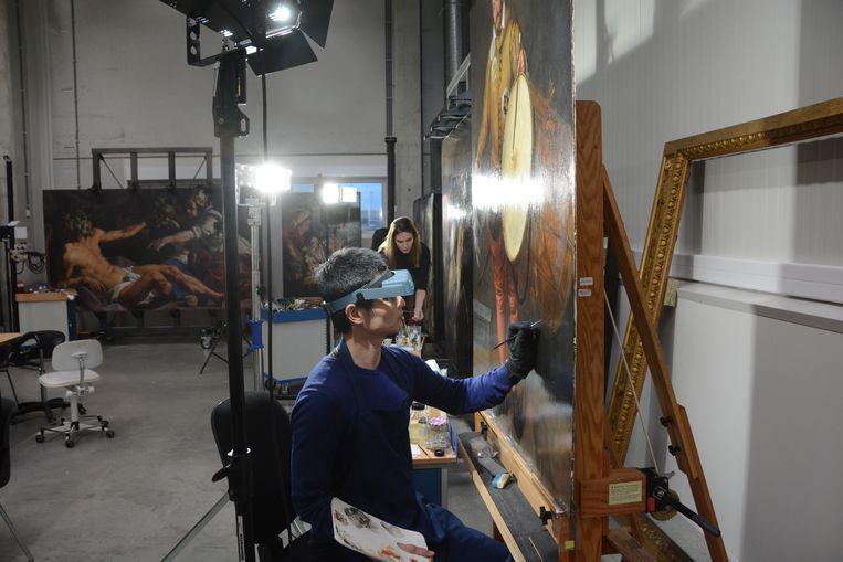 In het atelier worden meesterwerken vakkundig gerestaureerd.
