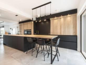 """Nele en Christophe kiezen zwarte keuken: """"Dit is echt het hart van onze woning"""""""
