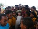 Amira, in het jurkje waarmee ze ook vaak op het podium staat, tussen de kinderen van de township in ZuidAfrika, bij de opening van 'haar' speeltuin.