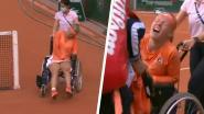 Slijtageslag met bizar plot: Bertens verlaat veld kermend van de pijn in rolstoel na zege, opponente laat na haar te feliciteren