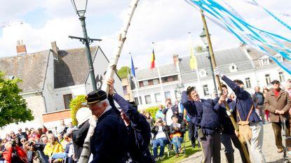 Kleurrijke meiboom geplant voor Sint-Janskerk