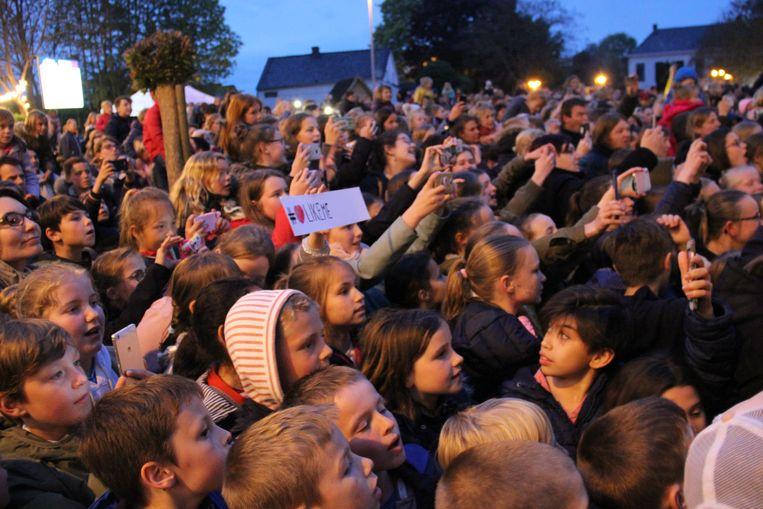Het jeugdige publiek is enthousiast op het eerste Parking Concert in Maarkedal.