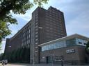 De oude Philips Bedrijfsschool, nu Summa College, gezien vanaf de Kastanjelaan in Eindhoven. De voormalige garage voor de automonteursopleiding is inmiddels ingenomen door bouldercenter Monk.