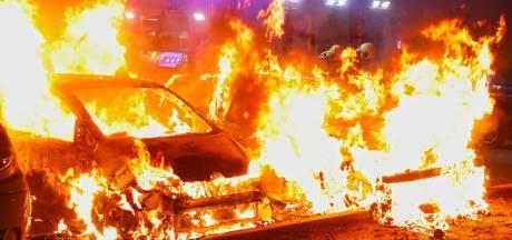 Auto's en busje verwoest door brand in Johan Doornstraat in Oss