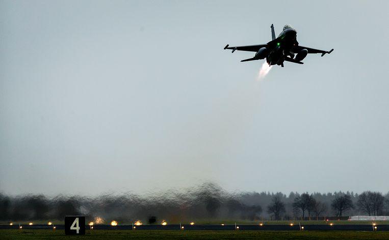 Een Nederlandse F-16 vertrekt naar het Midden-Oosten. Beeld ANP