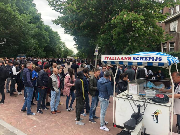 EU-kiezers staan urenlang bij de Haagse ambassades om vandaag hun stem uit te brengen voor het Europese Parlement.