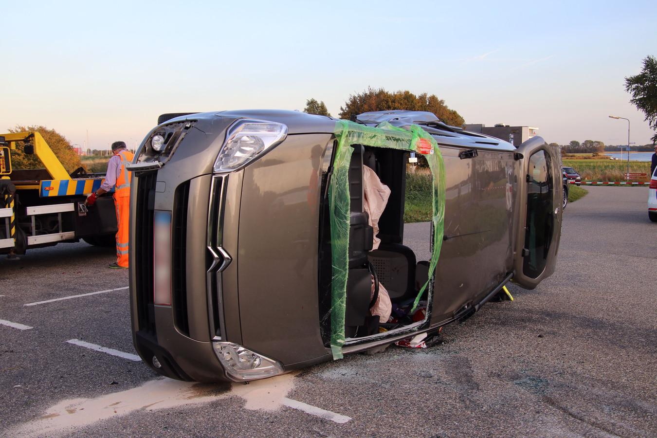 De auto kwam op zijn zijkant tot stilstand.