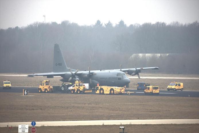 Een Hercules van de luchtmacht met lekke band blokkeerde vrijdag de startbaan in Eindhoven.