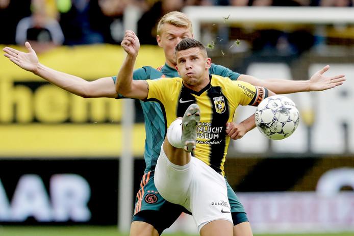 Bryan Linssen in duel met Perr Schuurs van Ajax.