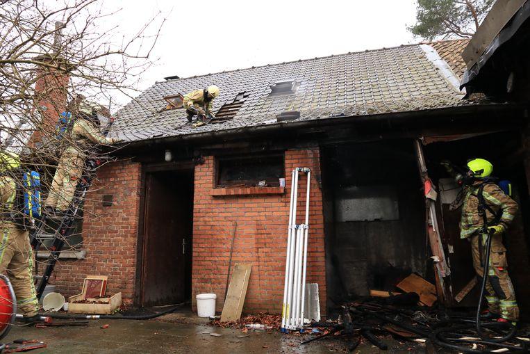 Er moest een deel van het dak worden opengebroken om alle smeulende restanten te blussen.