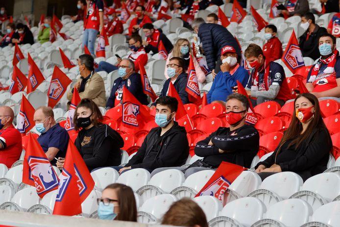 Zo gaat het er ook aan toe in de Franse Ligue 1: iedereen in de eigen bubbel in de tribune tijdens Lille tegen Rennes in het Pierre Mauroy-stadion. 5.000 fans waren toegelaten.
