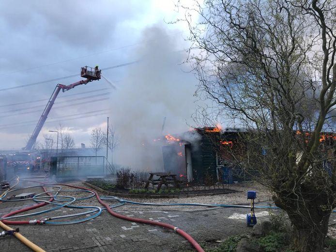De brandweer bluste met behulp van een hoogwerker.