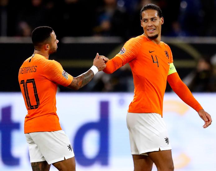 Memphis Depay feliciteert Virgil van Dijk met de 2-2.