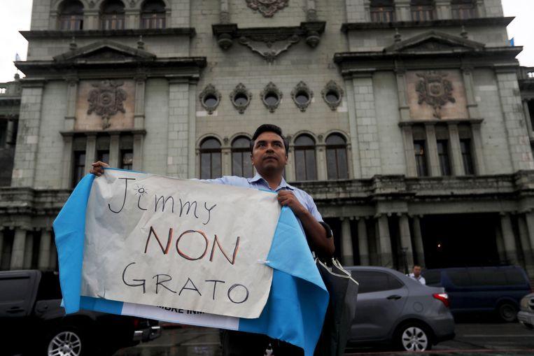 Een man protesteert tegen de beslissing van president Morales om het hoofd van de Commissie tegen Corruptie en Straffeloosheid in Guatemala (Cicig) van de Verenigde Naties de toegang tot het land te ontzeggen.
