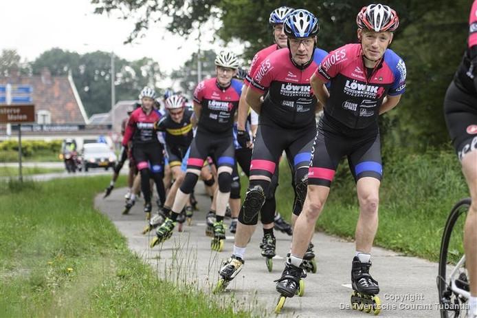 Jan Valk voert het skeelerpeloton aan tijdens de toertocht over 100 kilometer.