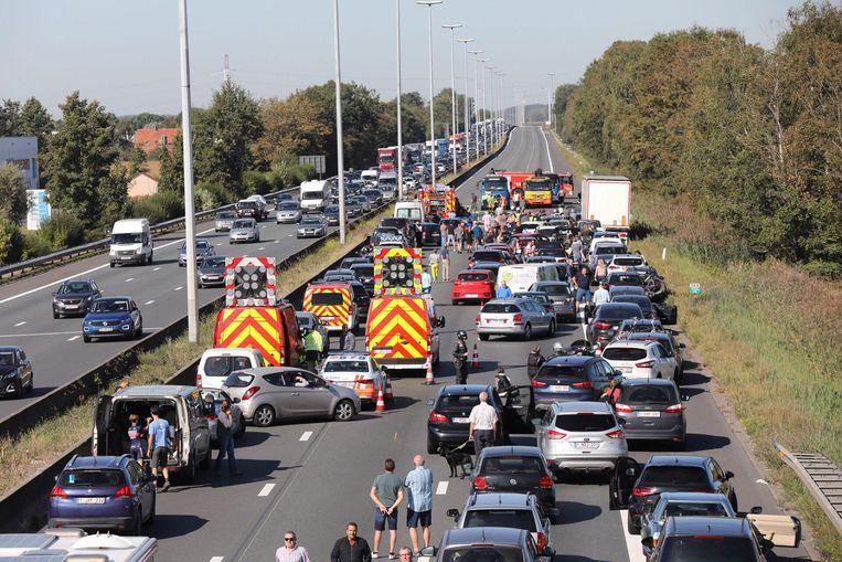 Bij een ongeval op de E40 in Drongen vatten drie van de vier betrokken wagens vuur.