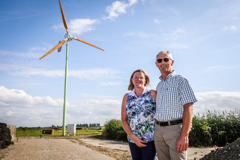 De windmolen werd donderdag geïnstalleerd op de boerderij van Dirk Devreese en Lut Vercruyce