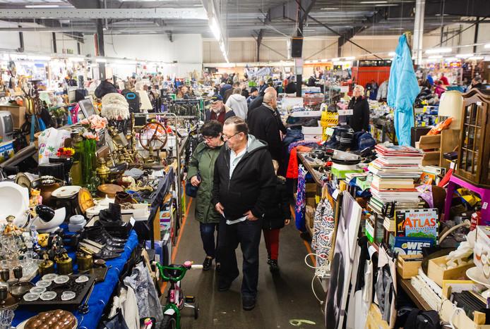 Al 35 jaar kan er elke zaterdag worden gevlooid op rommelmarkt De Witte Markt in Heinenoord.