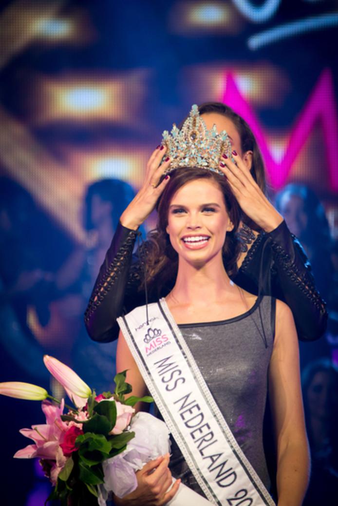 Nicky Opheij wordt tot Miss Nederland gekroond.