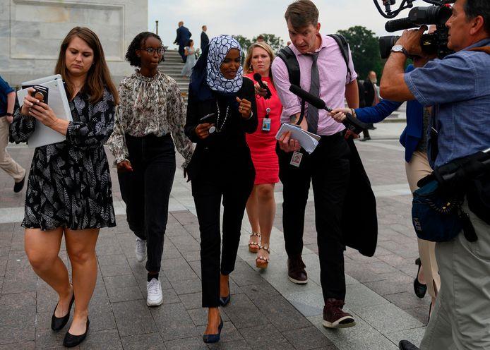 Ilhan Omar wordt na de stemming aangeschoten door journalisten.