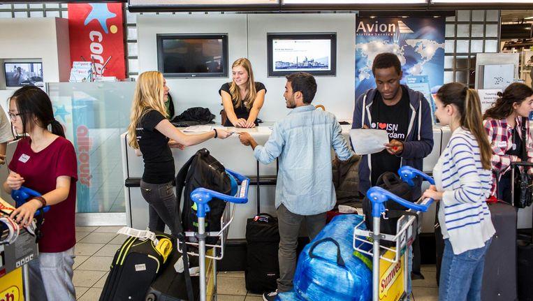 Internationale studenten komen aan op Schiphol. Beeld Marcel Driessen