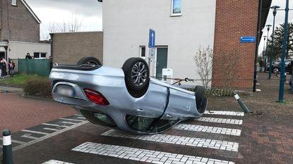 Automobilist belandt op dak