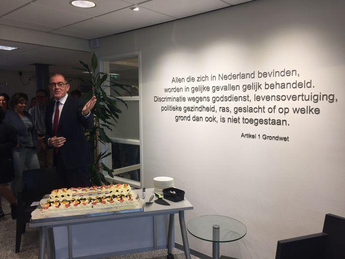 Voor de gelegenheid werden ambtenaren dinsdag getrakteerd op een stukje van een grote taart waar ook artikel 1 op was gedrukt.