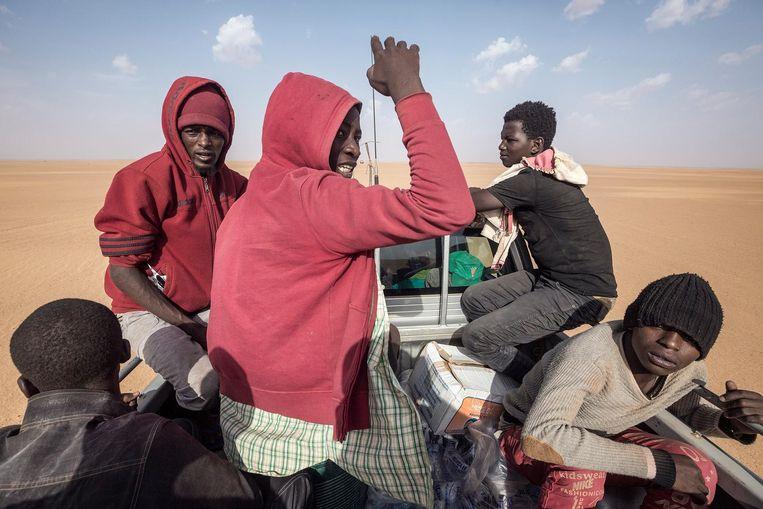 De gestrande migranten worden teruggebracht naar Agadez. Beeld Sven Torfinn